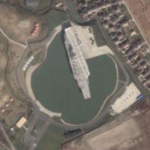 中国の湖に浮かぶ空母