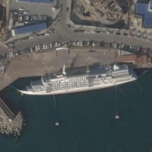 台風で横転したクルーズ船1