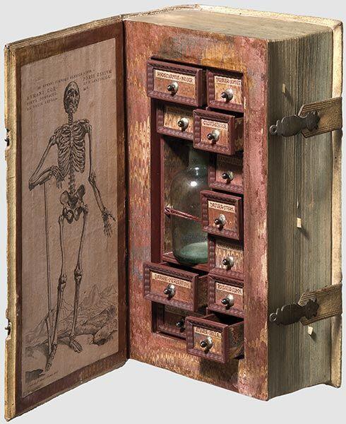 本の形をした17世紀の毒薬箱
